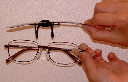 持ち運びに便利なハネアゲメガネ