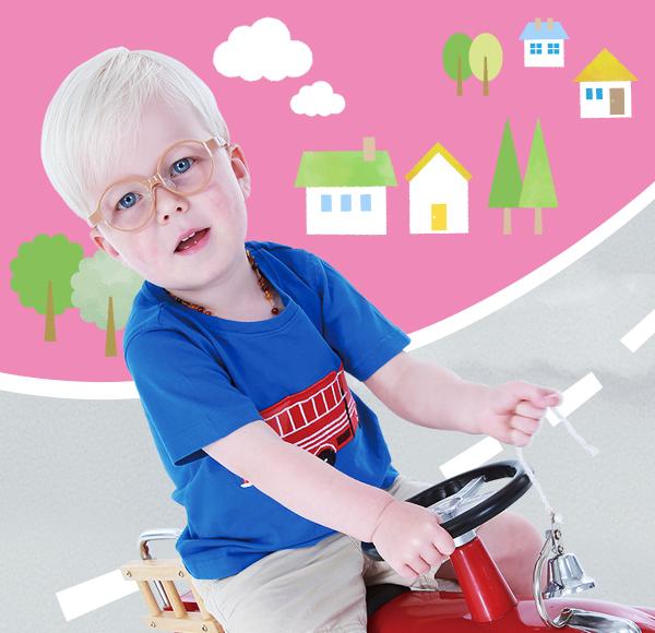 キッズ用こどもの治療眼鏡は、お子様の耳に添わした2段曲げテンプルで仕上げました。