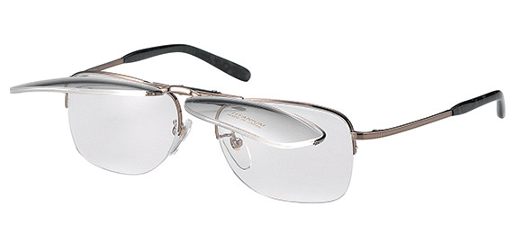 跳ね上げ眼鏡複式タイプです。このタイプは後方のフロント部が、リムハーフになっているために単式としても使用可能です。