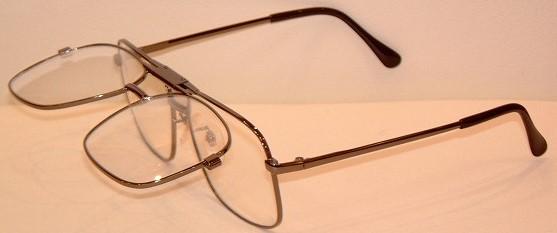 複式タイプの跳ね上げメガネのフロント部が可動した状態