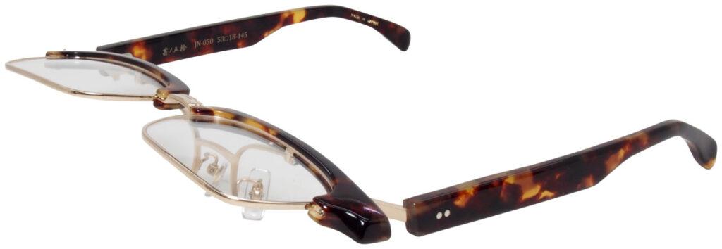 昔のサーモントタイプのデザインを、現在風のおしゃれな跳ね上げ眼鏡として設計して製造いたしました。