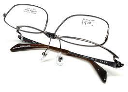 クールでスマートなデザインを目指して、オッサン臭いイメージをなくした跳ね上げ眼鏡枠です。