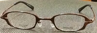 老眼鏡の度数が強い方のレンズの厚みを薄くするフレーム。