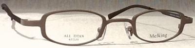 強度近視の方の眼鏡で眼が小さくなる問題を解決したフレームです。