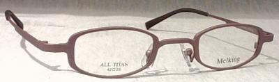 同じ強度の分厚いレンズで製作してもレンズの厚みが薄くなるメガネフレームです。
