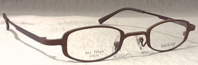 強度近視メガネを装用した時のコメカミの入り込みを最小限にした眼鏡フレームのご提案。