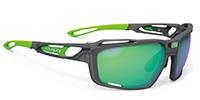 カーブの弱い通常メガネと比較した場合、スポーツサングラス用のカーブが強いレンズは見え方が違ってきます。そこでお勧めがRUDYシントリクス|フレームカラー:アイスグラファイトマット/レンズカラー:マルチレーザーグリーンポラール 3FX HDR