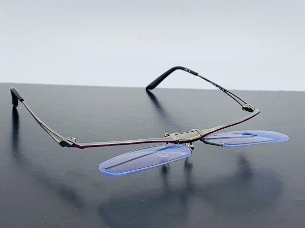 夜間運転時の眩しさを軽減してくれる度付きフリップアップメガネ。