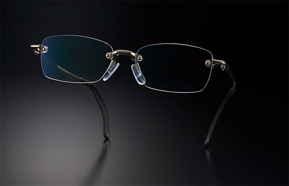 ウォーキングどきに適したズレにくいメガネ