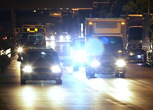 夜間ドライブのヘッドライトの光をカット