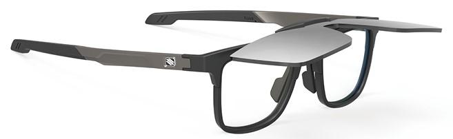 ゴルフどきに便利な跳ね上げ度付きサングラス