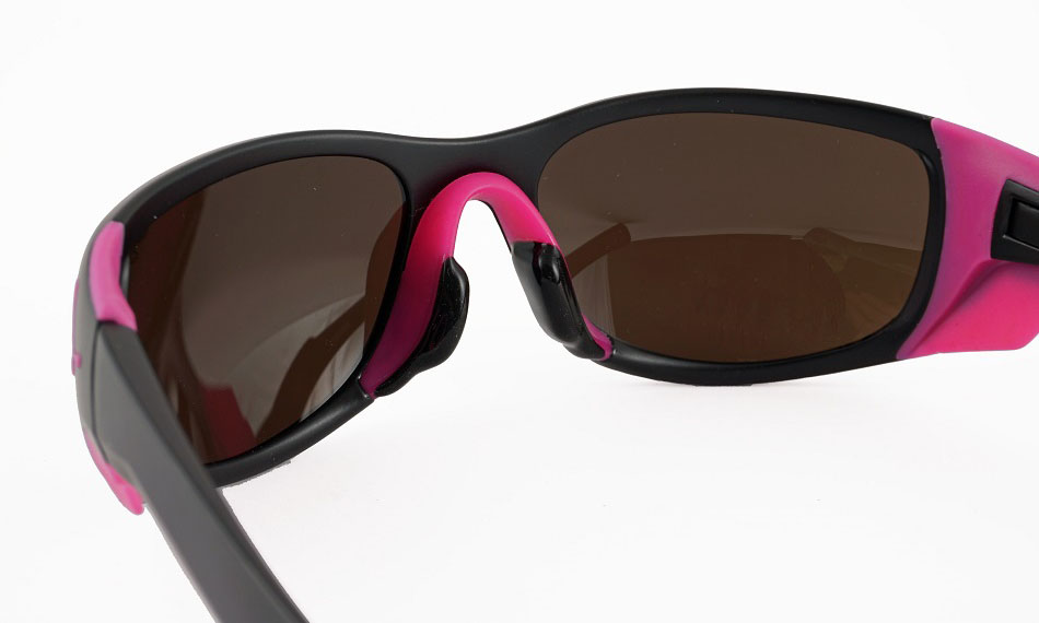 超高所で通常のレンズでは抑えきれない光までカットし眼を保護するサングラス