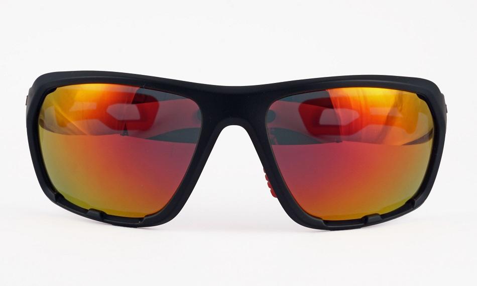 雪山の強い照り返しや有害な紫外線から確実に眼を保護する事が出来るサングラス