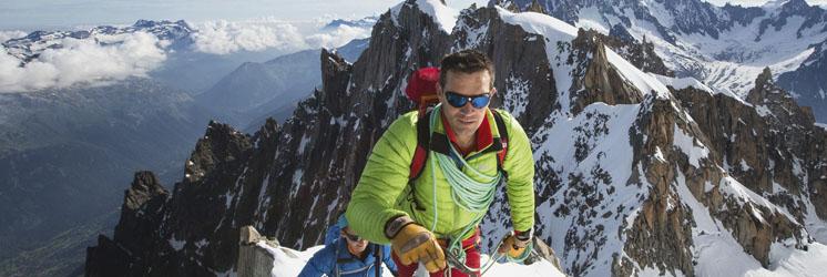冬山どきの登山用サングラス装用