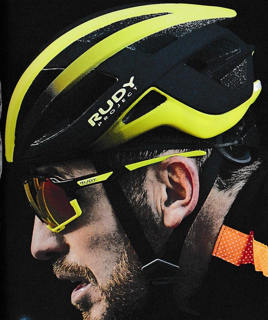 スカイスポーツに適したサングラスはお顔の形状に沿わすことが大切。