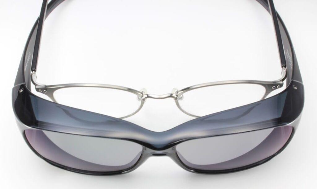 必要なときにメガネの上から掛ける快適な偏光サングラス