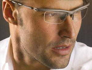 お顔に添ったラインに設計するスポーツメガネ