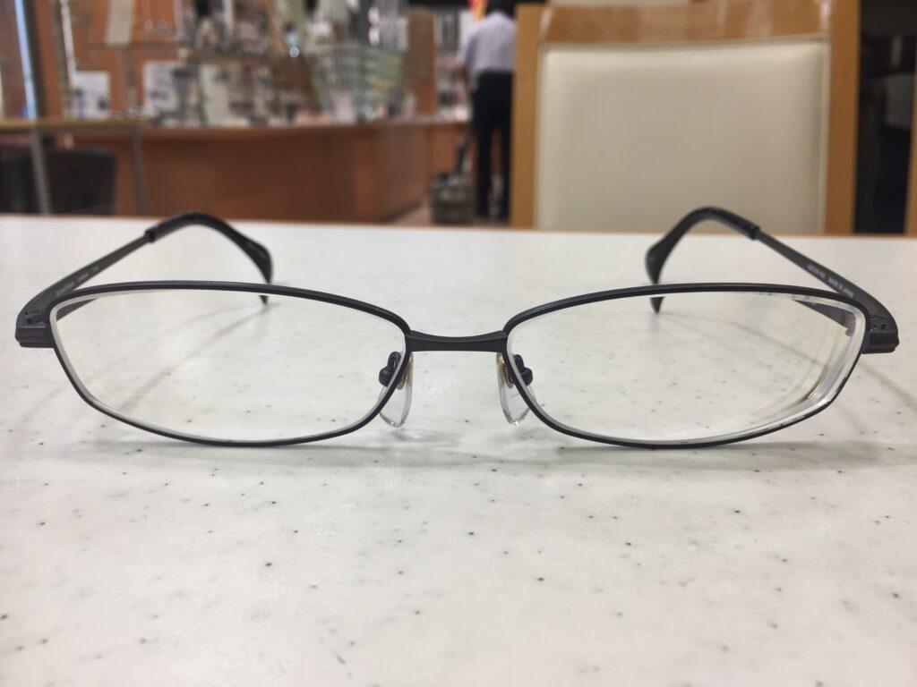 上下幅が短いメタル系の大きいメガネ