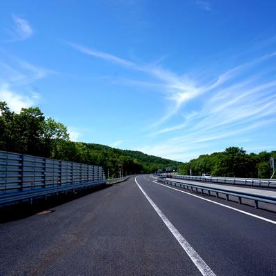 昼間の偏光レンズの道路の見え方