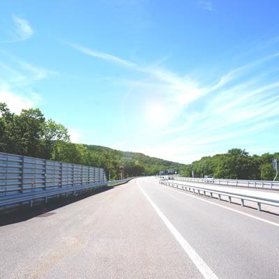 昼間の裸眼でのドライブどきの道路の見え方は羞明感が強い