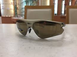 長時間、眼を紫外線にさらしていると、紫外線による病気(角膜炎、翼状片、白内障など)のリスクが高まります。その時の跳ね上げサングラス。