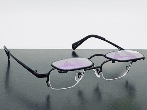 さまざまな機能性レンズを製作できる複式跳ね上げメガネフレーム
