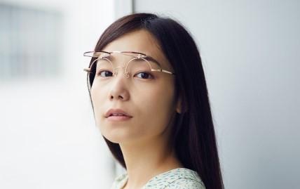 化粧どきに便利なレディース用跳ね上げメガネ
