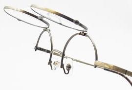 とても便利な跳ね上げ式の丸眼鏡枠